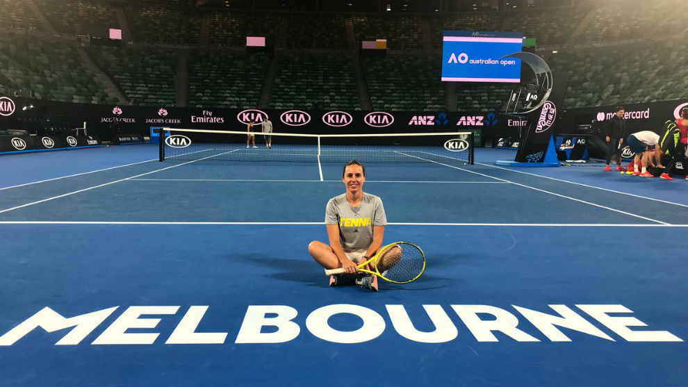 Anabel Medina posa en la Rod Laver Arena de Melbourne Park.