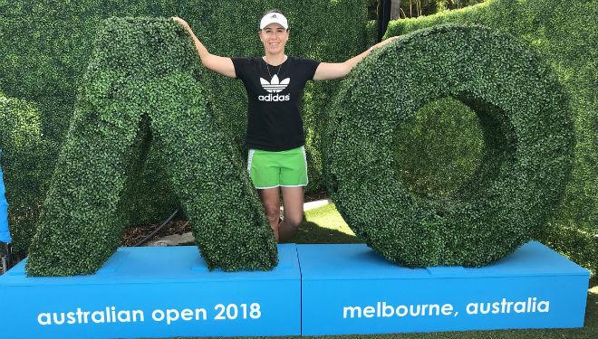 Anabel Medina posando en las instalaciones de Melbourne Park.