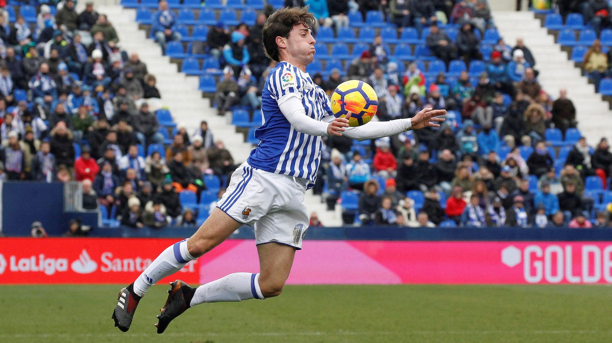 El defensa de la Real Sociedad, Álvaro Odriozola, controla el balón...