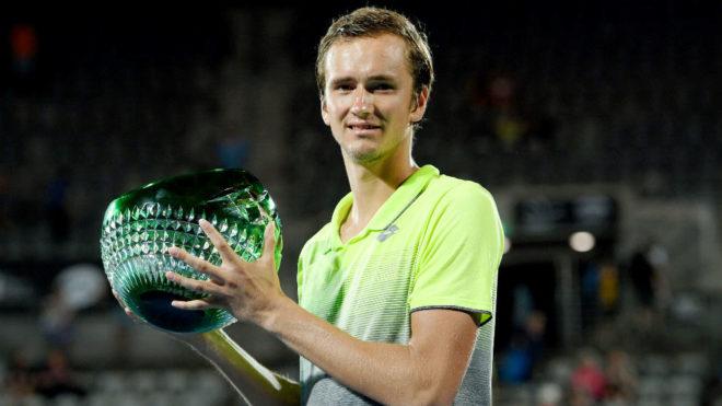 Daniil Medvedev, con el trofeo de campeón.