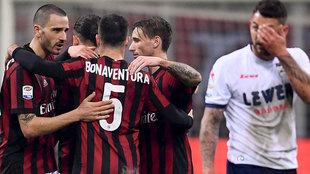 El defensa Leonardo Bonucci celebra el final del partido del AC Milan-...