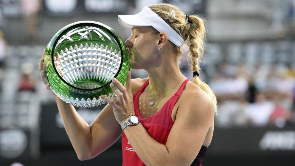 Angelique Kerber besando el trofeo de campeona en Sidney.