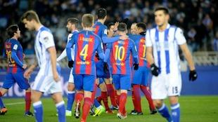 Los jugadores del FC Barcelona celebran un tanto conseguido en el...
