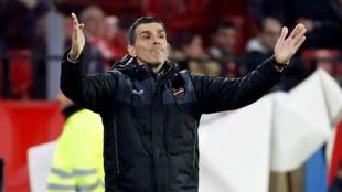 Muñiz dirige un partido del Levante esta temporada.