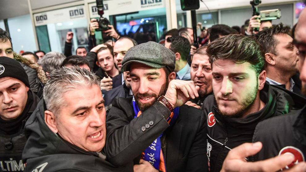 Turan, rodeado de una multitud a su llegada al aeropuerto de Estambul