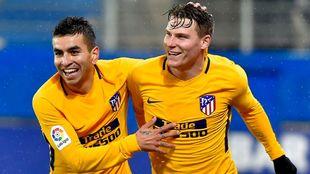 Gameiro celebra su gol junto a Correa