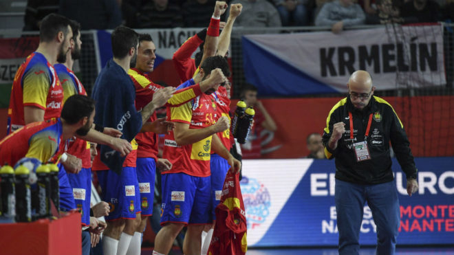 El banquillo español y su seleccionador celebran un gol.