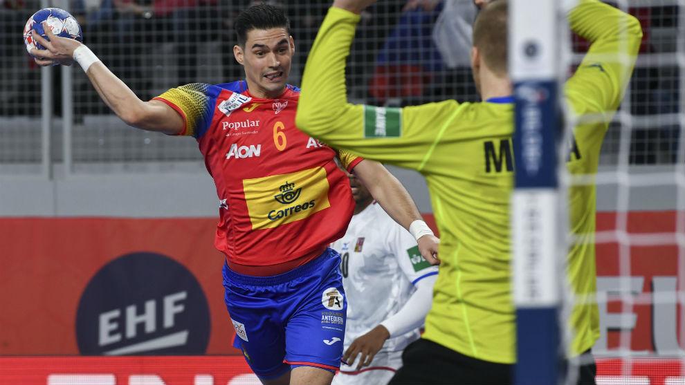 Ángel Fernández lanza para lograr uno de sus dos goles.