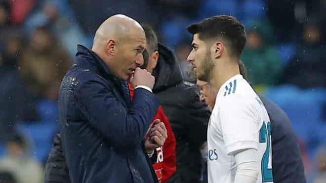 Zidane da instrucciones a Asensio ante el Villarreal.