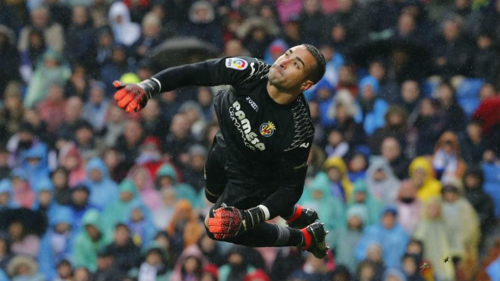 Asenjo evita un gol del Madrid en el Bernabéu
