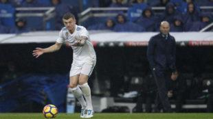 Toni Kroos, con Zidane de fondo, en el encuentro ante el Villarreal