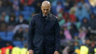 Zidane, cabizbajo, durante el partido.