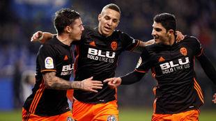 Mina, Rodrigo y Guedes celebrando el segundo gol del Valencia.