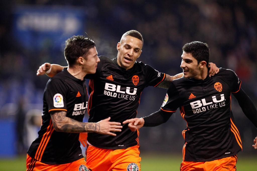 Rodrigo celebra el gol con Santi Mina y Guedes