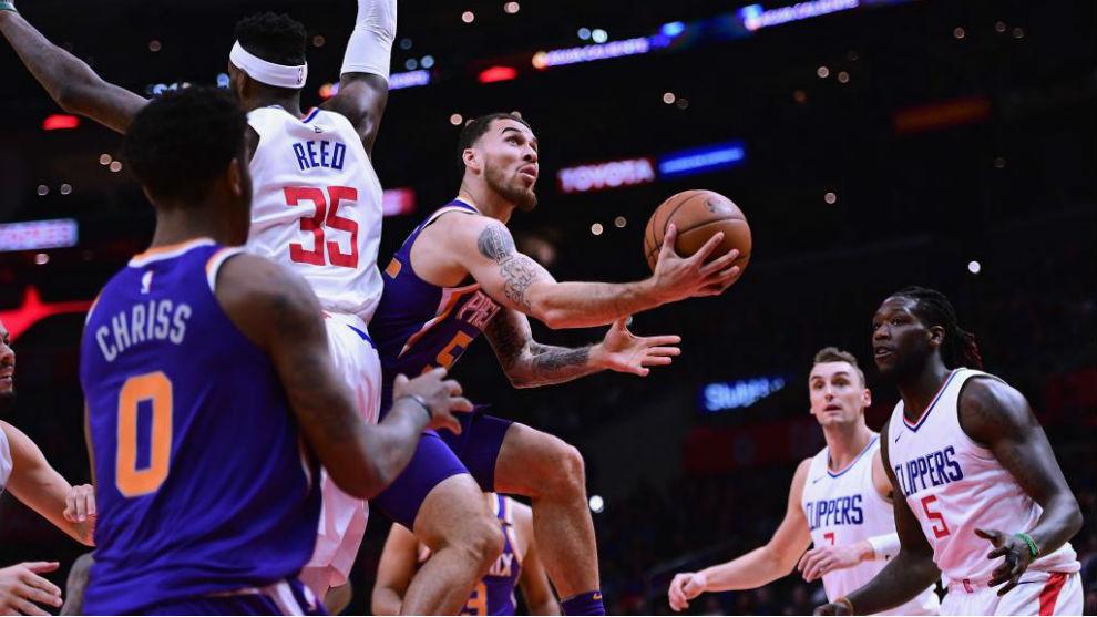 Mike James entra a canasta en un partido con los Suns.