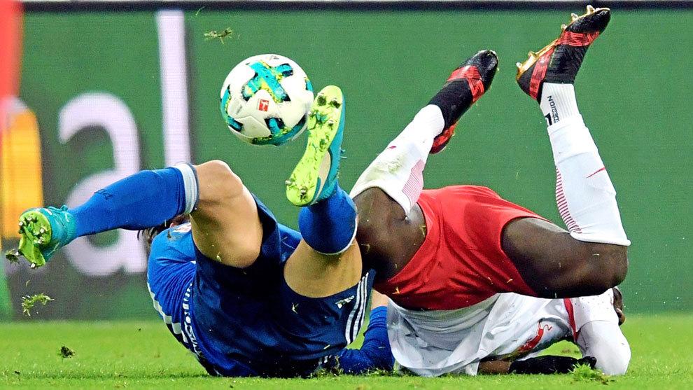 A la izquierda, Stambouli, del Schalke 04, y a la derecha, Augustin,...