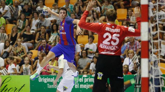 Aitor Ariño lanza a portería en un partido con el Barcelona.