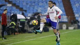Pombo controla un balón en el partido ante el Tenerife.