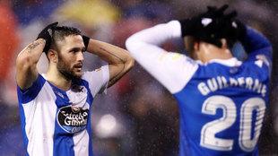 Los jugadores del Deportivo Florin Andone y Guilherme en el partido...