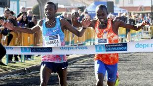 Selemon Barega, a la izquierda, supera a Jacob Kiplimo en el esprint...