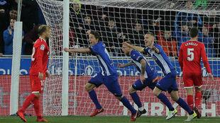 Los jugadores del Alavés celebrando el gol de Manu García.