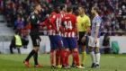 Los jugadores del Atlético protestan una acción a Jaime Latre en el...