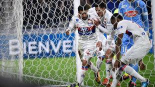 Nabil Fekir corre a recoger el balón tras marcarle al Angers.