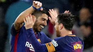 Suárez celebra uno de sus goles en Anoeta con Messi.