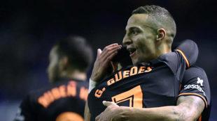 Guedes y Rodrigo celebran un gol en Riazor.