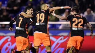 Guedes, Rodrigo y Mina celebran un gol en Riazor.