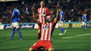 Diego Costa celebra uno de sus goles en presencia de Gameiro.