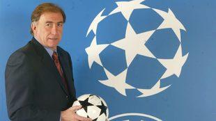 Toni Grande posa junto al balón de la UEFA Champions League