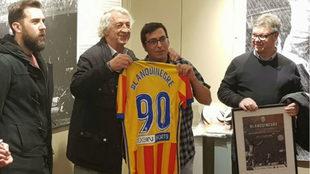 """Juan Cruz """"Sol"""" entrega la camiseta conmemorativa a Serafín..."""