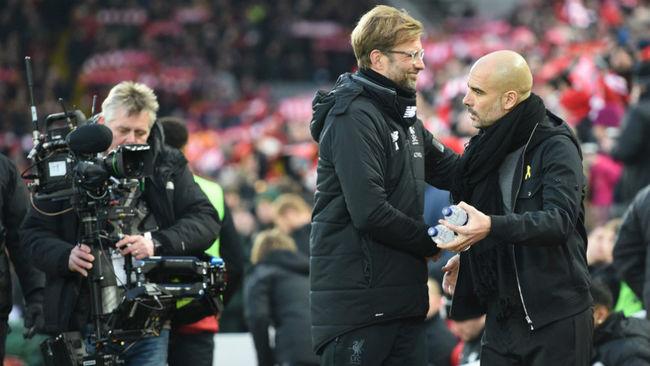 Jürgen Klopp saluda a Guardiola antes del inicio del Liverpool-City.