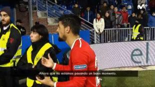 Nolito habla con los aficionados.
