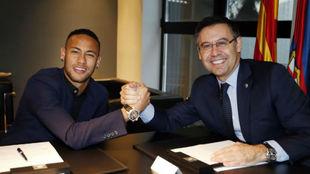 Neymar saluda a Bartomeu después de firmar su renovación.