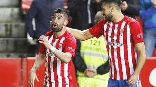 Michael Santos  celebra su gol del sábado al Alcorcón con Álex...