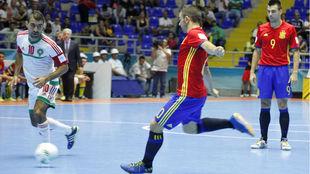 Álex golpea el alón ante la mirada de Lozano durante el Mundial...