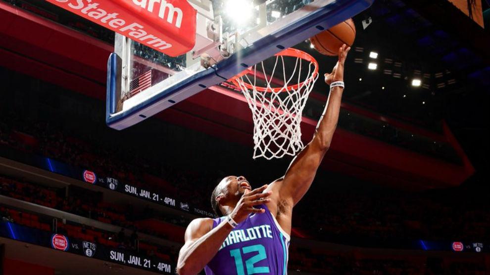 Dwight Howard anota una canasta ante los Pistons