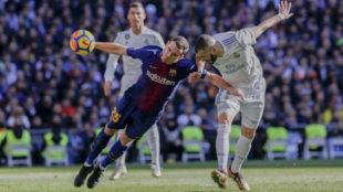 Benzema remata de cabeza ante Vermaelen en el Clásico del Bernabéu.