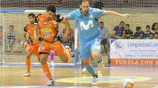 Solano disputa un balón con Hamza.
