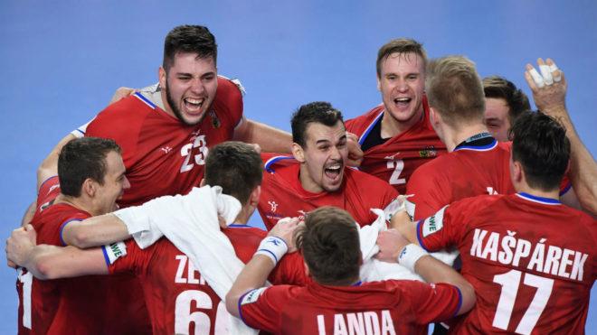 Los jugadores checos celebran su triunfo ante Dinamarca en el Europeo...