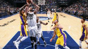 Marc Gasol anota ante los Lakers