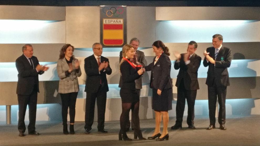 Lydia Vaentín recibe la medalla de manos de Marisol Casado en la sede...