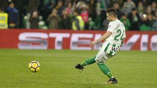 Rubén Castro lanza el penalti que dio el triunfo al Betis ante el...