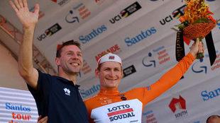 Andre Greipel celebra su victoria con el mallot de líder junto al...