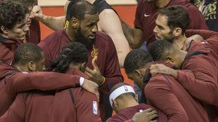 Los Cleveland Cavaliers hacen una piña antes de un partido
