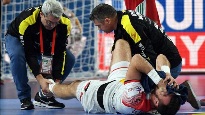 Guardiola es tratado por los médicos en el partido frente a Hungría