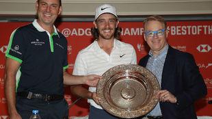 Fleetwood recibe el trofeo de manos de Keith Pelley, CEO del European...