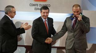 Manolo Martínez besa la medalla de bronce que le entregaron en 2013.